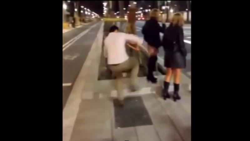 Gestul revoltator facut de un barbat din Spania. Momentul in care tranteste o femeie la pamant
