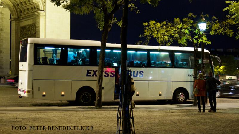 autocar in Paris noaptea
