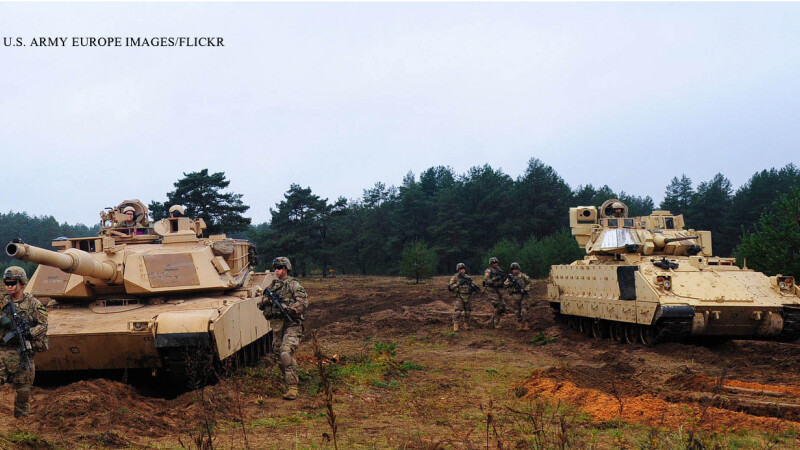 soldati si blindate americane in Letonia 2014