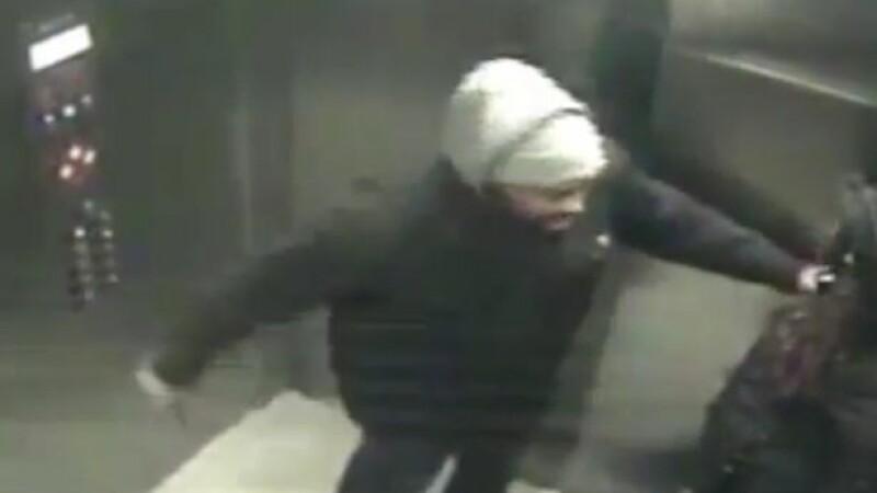 Incident violent la o statie de metrou din Philadelphia. Ce a patit o femeie dupa ce i-a tinut usa liftului unui strain