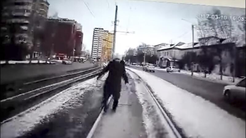 femeie lovita de tramvai