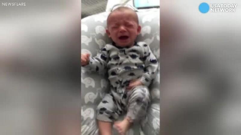 Unui bebelus i s-a facut dor de mama lui si plangea fara oprire. Ce solutie a gasit tatal copilului
