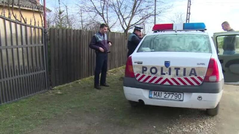 masina de politie in fata gardului