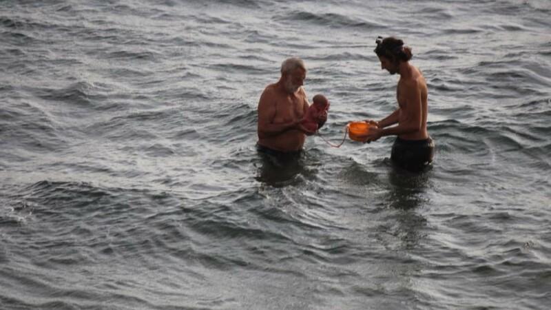 Momentul incredibil în care o turistă naște în apele Mării Roșii