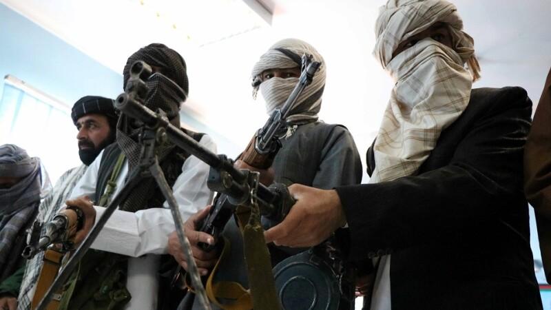 Peste 100 de oameni au fost luați ostatici de talbanii din Afganistan