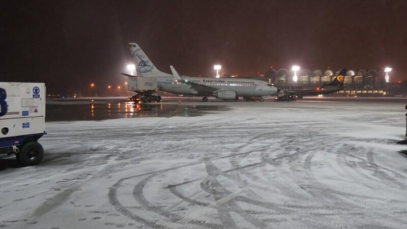 Avioane stau pe pistele Aeroportului International Henri Coanda