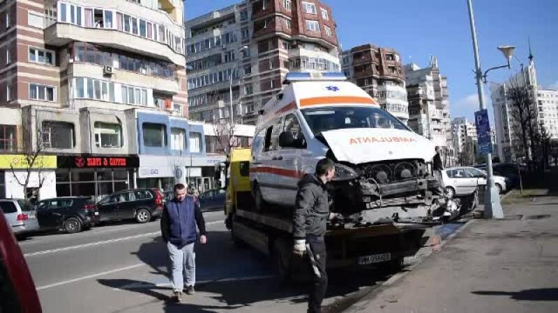 4 mașini, printre care o ambulanță, au fost lovite pe un bulevard în Baia Mare