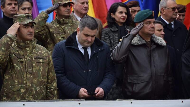 Explicația ministrului Leș, după ce a fost surprins pe telefon în timpul unei ceremonii