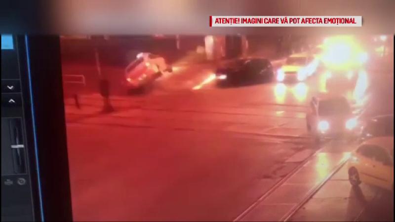 Maşină de poliţie răsturnată, după ce a încercat să traverseze o coloană de autoturisme