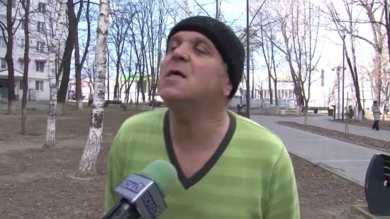 """Reacția unui bărbat din Botoșani când s-a trezit cu copacul în casă: """"Să scot eu bani"""""""