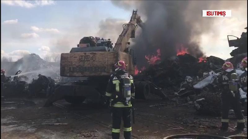 Incendiu violent la un centru de mașini casate, în Timișoara. Fumul, vizibil de la 5 km