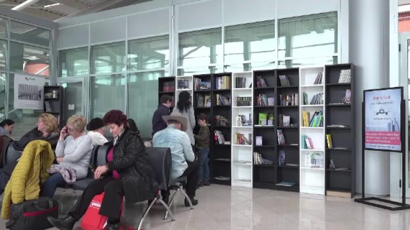 Cum luptă bibliotecile publice să-și atragă clienții: cărți în aeroport, ceai şi desert