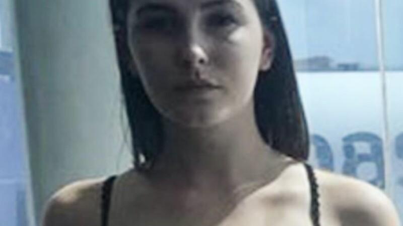 Tânără amenințată că va fi dată jos din avion din cauza ținutei. Cum era îmbrăcată