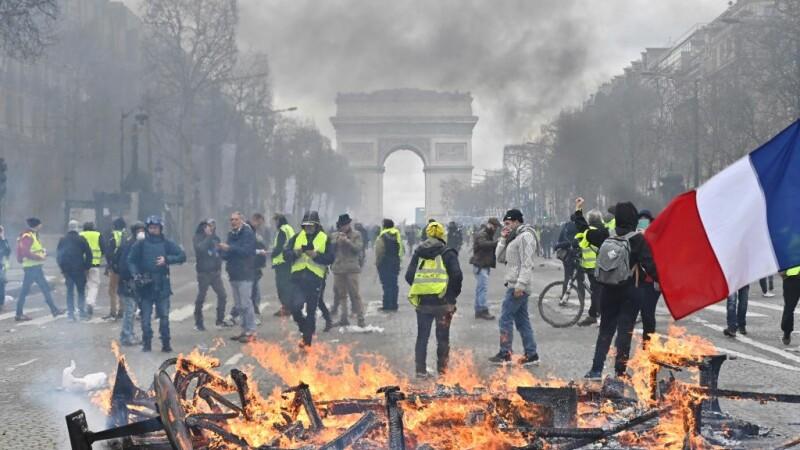 """120 de arestați după protestul """"vestelor galbene"""" din Paris. Scene de război pe străzi"""