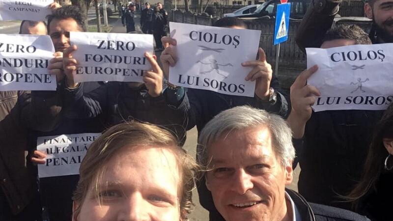 Dacian Cioloș. selfie cu susținătorii lui Dragnea