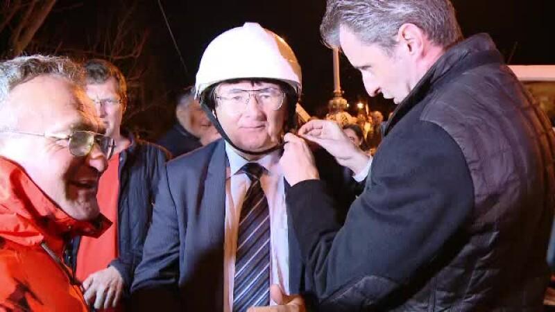 Primarul Timişoarei a tăiat cu mâna lui cablurile de Internet şi TV din centrul oraşului