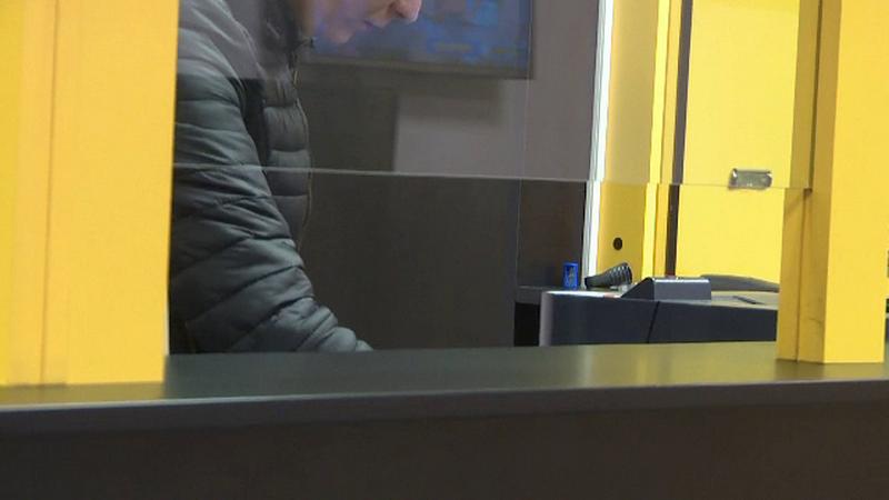 Jaf la Târgu Jiu. Angajata unei case de pariuri, amenințată cu cuțitul și lovită