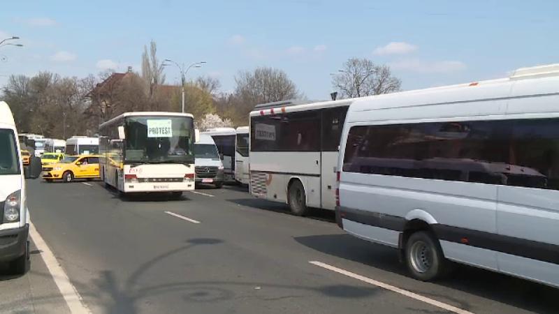 Transportatorii au blocat Capitala şi au obţinut ca autobuzele vechi să rămână pe trasee