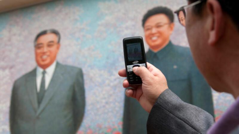 nord-coreean cu telefonul in mana