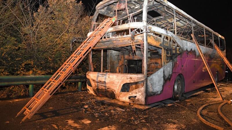 26 de morţi după ce un autocar cu turişti a luat foc în mers. Şoferii au fost arestaţi