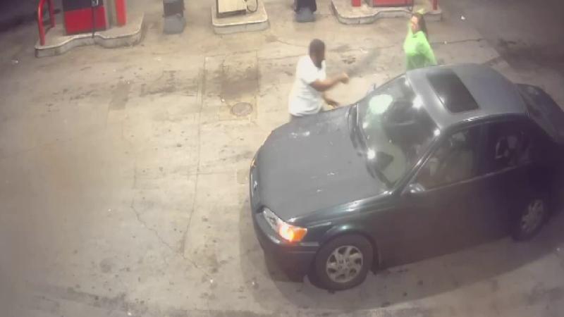 Momentul când vânzătorul unui magazin a atacat cu o macetă mașina unui hoț