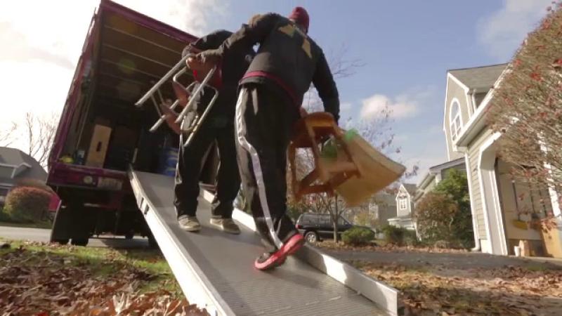 Românii care fac avere în doar câteva luni mutând mobilă pentru vedetele din SUA