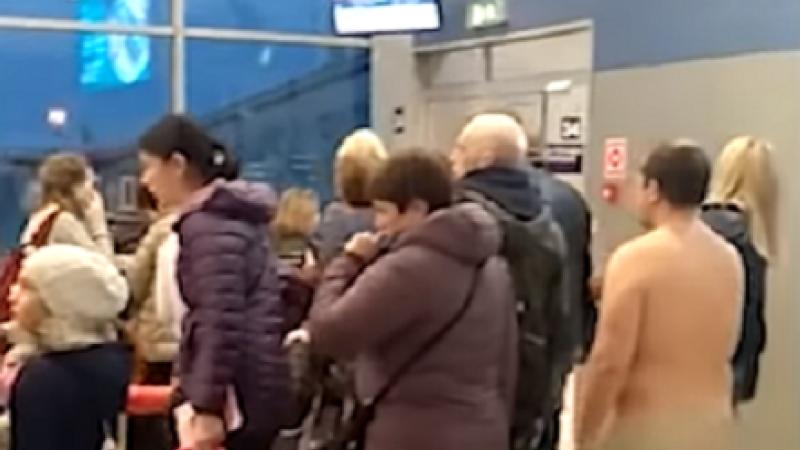 Momentul în care un pasager încearcă să se urce complet dezbrăcat în avion. VIDEO