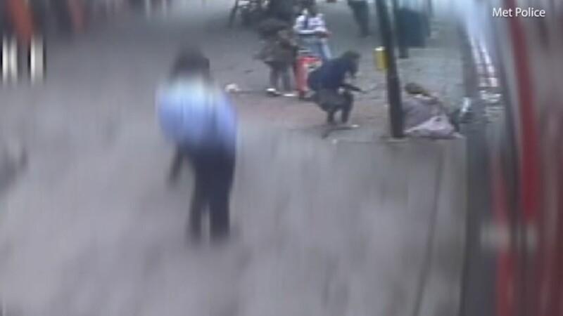 Momentul în care o femeie e împinsă în fața unui autobuz, la Londra