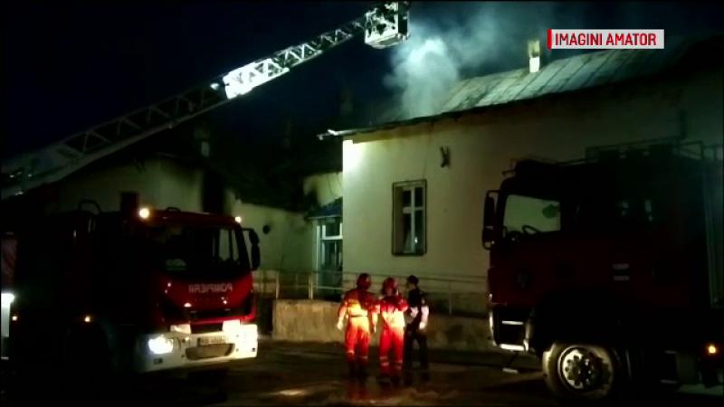 Incendiu puternic la o fostă școală din Caracal. Focul ar fi fost pus intenționat