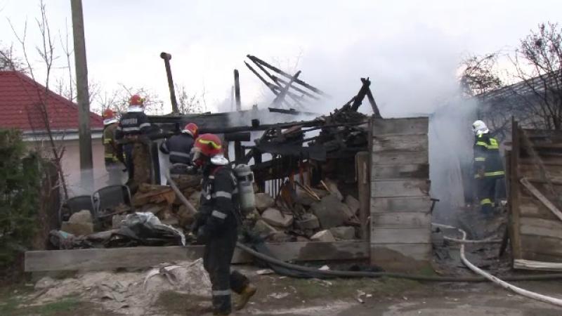 O familie sărmană a rămas pe drumuri. Flăcările le-au mistuit locuința de la primărie
