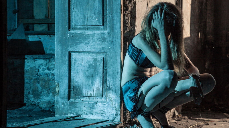 Româncă de 20 de ani, obligată de iubitul italian să se prostitueze chiar și când era gravidă