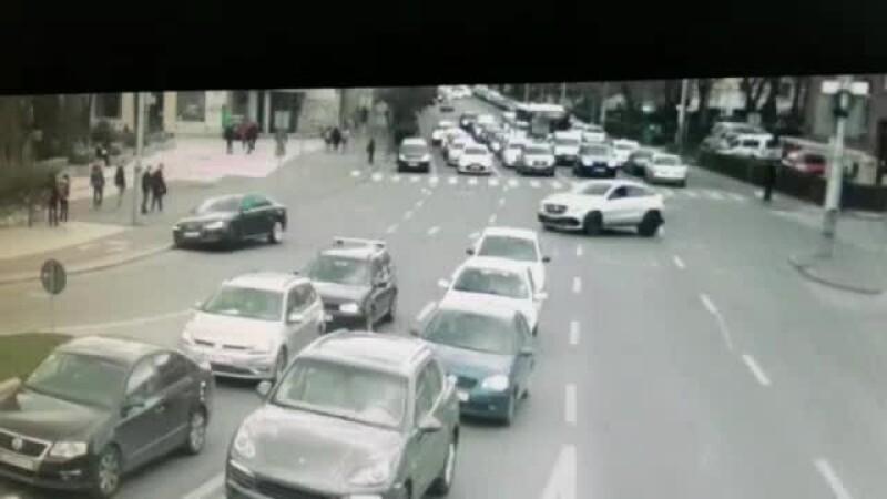 Momentul în care o mașină ricoșează în mai multe autovehicule, la semafor, în Cluj