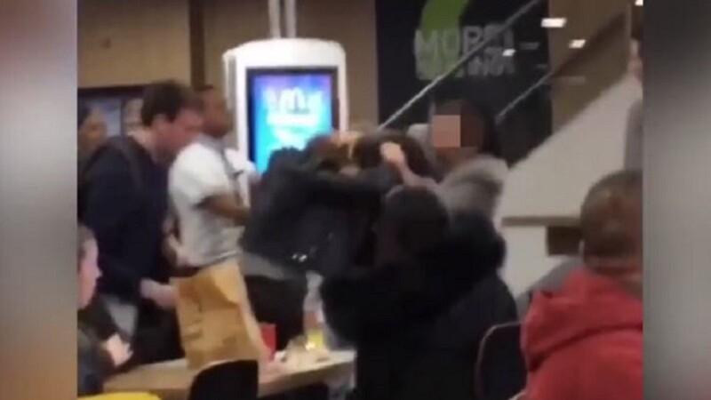 Bataie intre femei într-un restaurant fast-food
