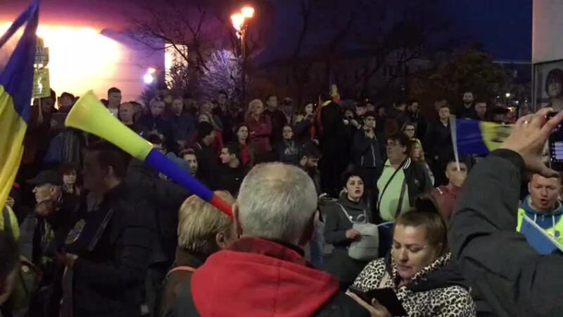 Protest în centrul Capitalei. Câteva sute de persoane s-au strâns în fața Teatrului Național