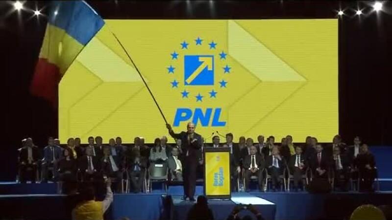 """VIDEO cu Rareș Bogdan, cu drapelul pe scenă la Cluj: """"PSD și ALDE vor fi îngenuncheați"""""""