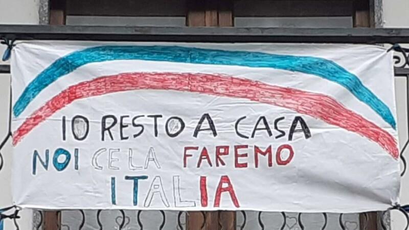 Momente emoționante în Italia. Oamenii au cântat imnul de la balcoane VIDEO