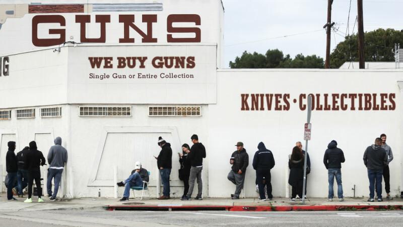 Coadă la un magazin de arme din SUA
