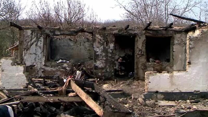 O familie din Iași a rămas pe drumuri, după ce casa le-a fost mistuită de flăcări
