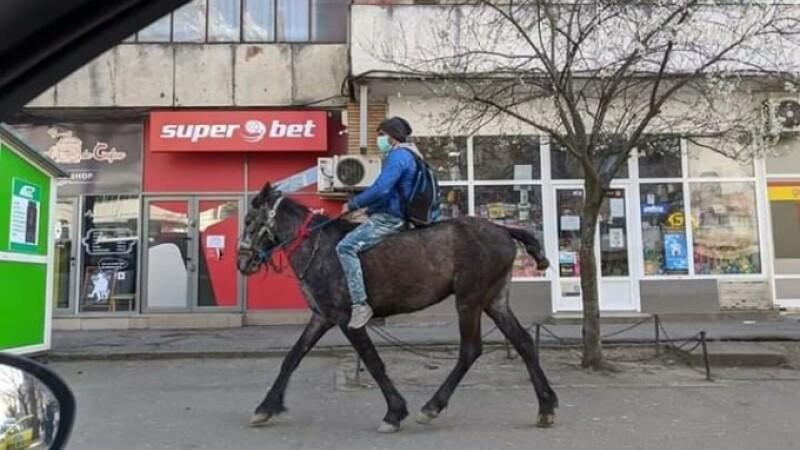 Tânărul din Iași care s-a dus călare să-și vadă la spital soția și nou-născutul a donat o parte din ajutoarele primite
