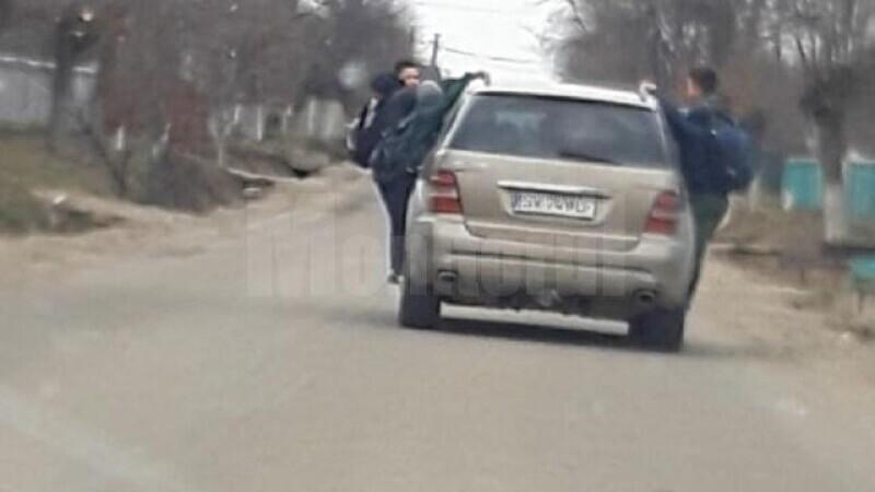 Anchetă în Suceava după publicarea unor imagini cu copii transportaţi pe barele metalice ale unei maşini