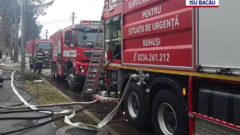 Doi copii și trei adulți din Bacău, ajunși la spital după ce un incendiu a acaparat două case