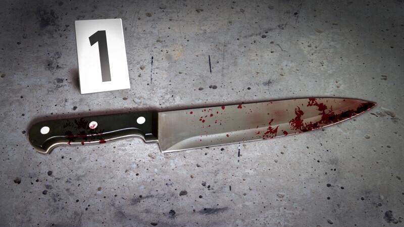 Un individ și-a înjunghiat soția, în timp ce se certau, la Câmpulung Muscel. Femeia a scăpat cu viață