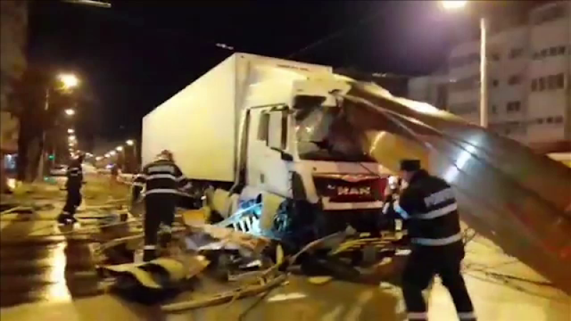 Un șofer a făcut prăpăd pe un bulevard din Iași. A intrat cu TIR-ul într-un refugiu de tramvai