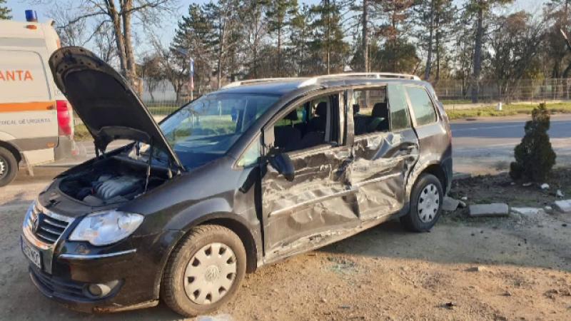 O șoferiță, rănită, după ce mașina pe care o conducea a fost izbită în plin de un camion încărcat cu lemne