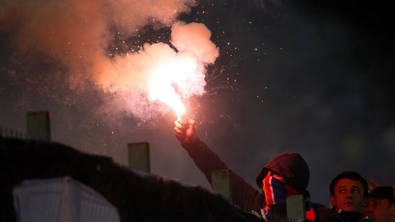 Ultrasii Ujpest fac atmosfera incendiara! Fumigene in Gara de Nord!