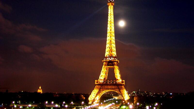 O bucata din casa scarilor de la Turnul Eiffel, vanduta cu 85.000 de euro