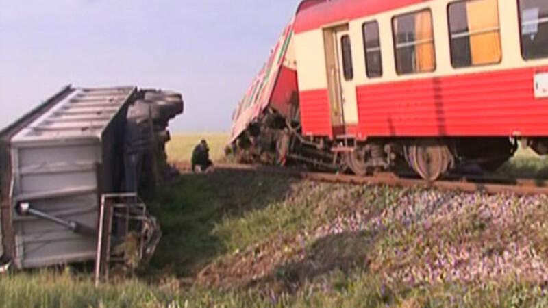 Tren lovit de TIR