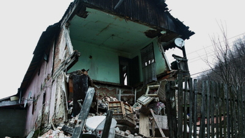 Accident in Bihor. Zidul unei cladiri dezafectate a ucis o femeie