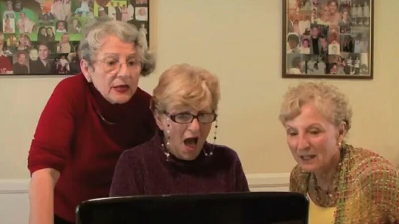Viralul zilei. Ce vad aceste trei bunici pe internet de sunt socate. VIDEO