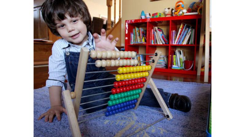 Are 2 ani, este de origine romana si este cel mai destept copil din lume, cu un IQ de 154